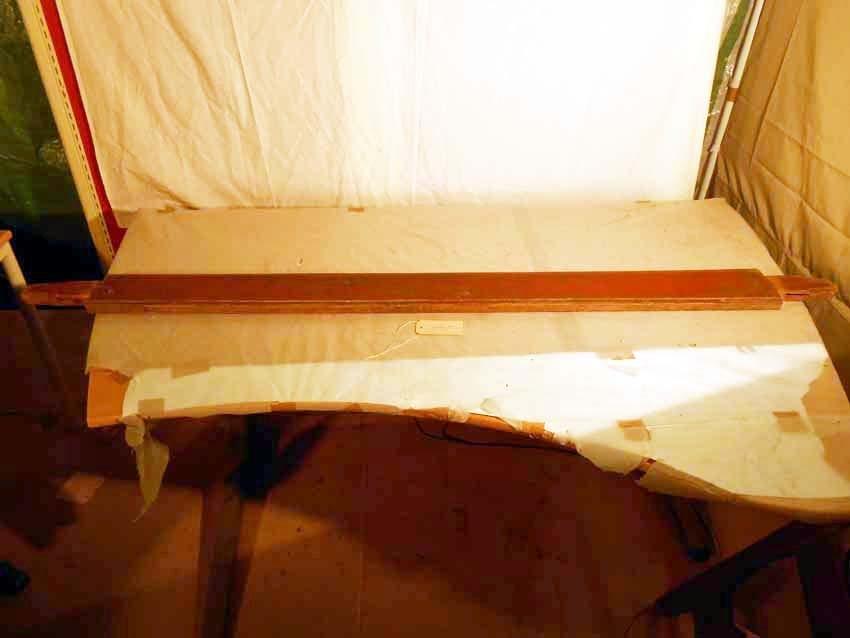 Anmärkningar: Bockbord, omkring 1800.  Raka dubbelståndare på vardera kortsida (bild 3443__b). Dubbla regelbommar som är profilerade i neder- och överkanterna. Regelbommarna går igenom ståndarna och skall på vardera sida fästas med kilar. Ståndarna står på konturerade sulor (bild 3443__b). H:725 Br:700 L:2000  Hela bordet går att plocka isär i delar. Sulorna och ståndarna utgör en del, regelbommarna likaså. Hela bordet är rödmålat och bär spår av naturligt slitage.  Tillstånd: Bordsskiva och kilar saknas.  Historik. Köpt från fru Ida Nygren, Västerås.