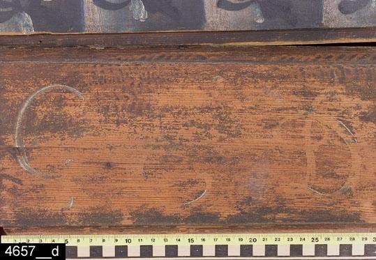 """Anmärkningar: Ståndskåp, brunmålat, målad datering 1798.  Framskjutande rakt krön med målad blomornamentik. Ovanför dörrarna finns en bård med blomornamentik i vitt, grön och svart. Pardörrar med vardera två speglar försedda med gerade och profilerade lister. I ovankant av dörrarna otydligt målat monogram i vitt """"G.E.D"""" (bild 4657__d) samt årtalet """"1798"""" (bild 4657__c). I speglarna målade kurbitsar i rött, grönt och vitt mot blå botten. Färgen på vänstra sidan av höger dörr samt området kring haspen på den vänstra dörren bär spår av naturligt slitage. Nyckelskylt i järn och dörrhasp i trä. På höger sida en ögla i järn. Invändigt fem hyllplan (bild 4657__b). På vänster dörr en hängare i mässing. Lås, hasp och ögla i järn. Gångjärn olika på vänster och höger dörr. H:1820 Br:1250 Dj:480  Måleriet är utfört av en dalmålare. Dalfolkets arbetsvandringar är väl belagda inom forskningen. Man vet att dalmålarna kunde röra sig på mycket stora ytor, t.o.m. till Norge och Finland. Att de tog sig ned till Västmanland råder det ingen tvekan om.  Tillstånd: Krönets sidolister utbytta på höger sida  och saknas på vänster sida. Delar av sockellist utbytta. Förstärkningar på flera ställen på skåpets baksida med perforerad järnplåt. Baksidans nederdel kraftigt angripen av skadeinsekter. Främre del av bottenplatta utbytt.  Historik Köpt den 27/10 1925 för 20 kronor vid Nils Nygrens besök hos Emma Olsson, Långhagen, Västerfärnebo sn."""
