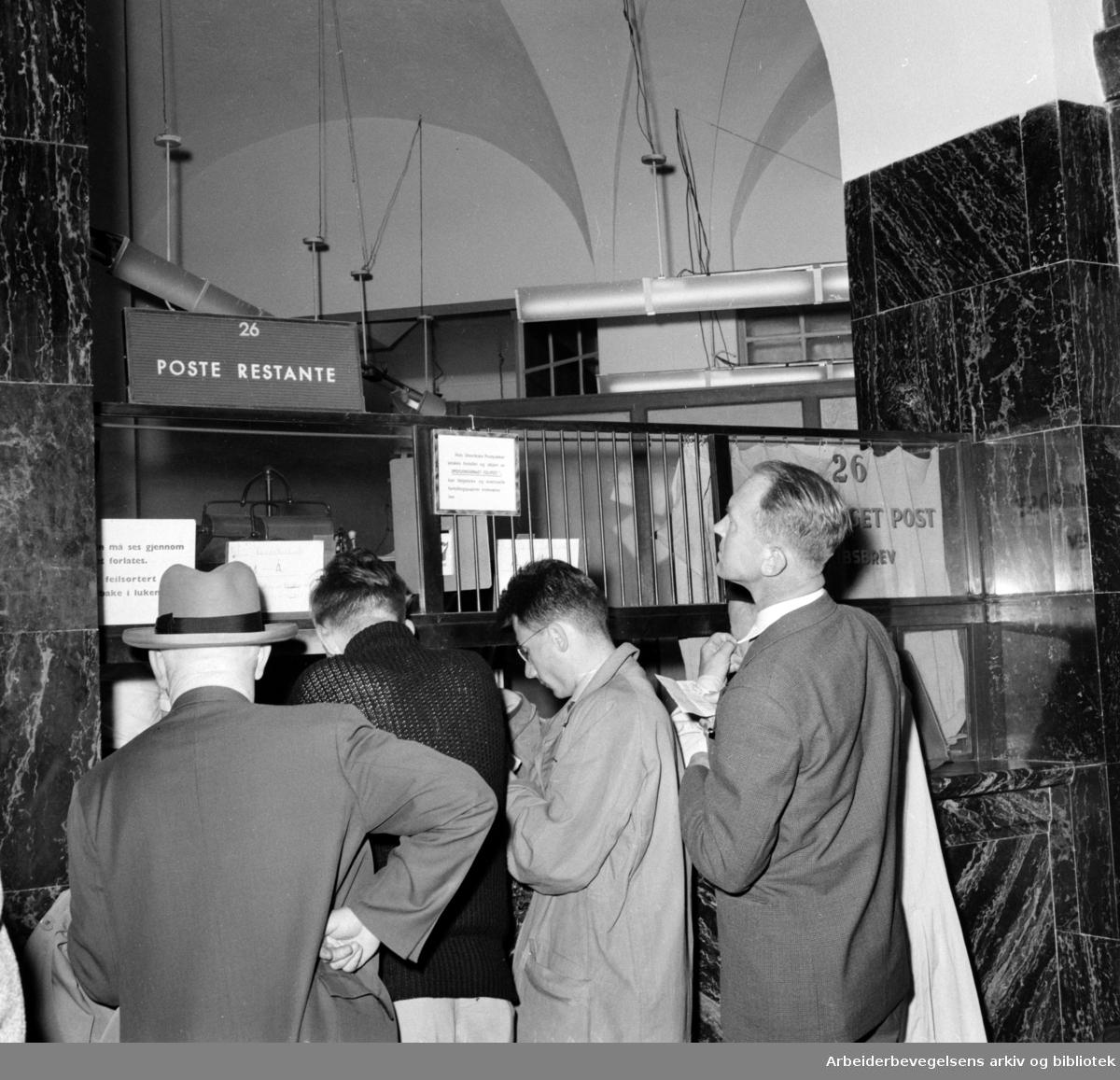 """Posthuset. """"Poste restante luken"""". Juli 1957"""