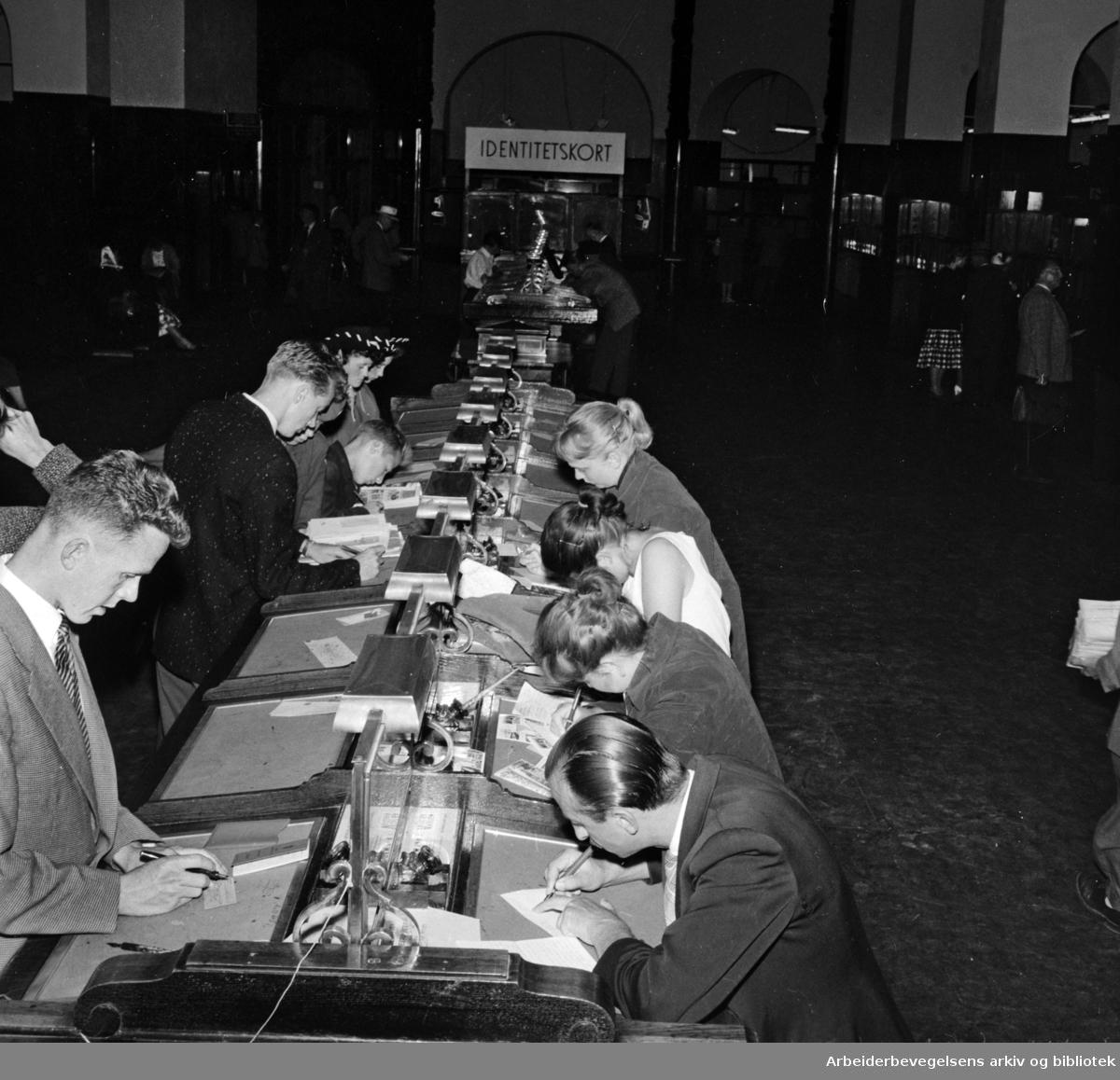Posthuset. Postfunksjonærer. Juli 1957