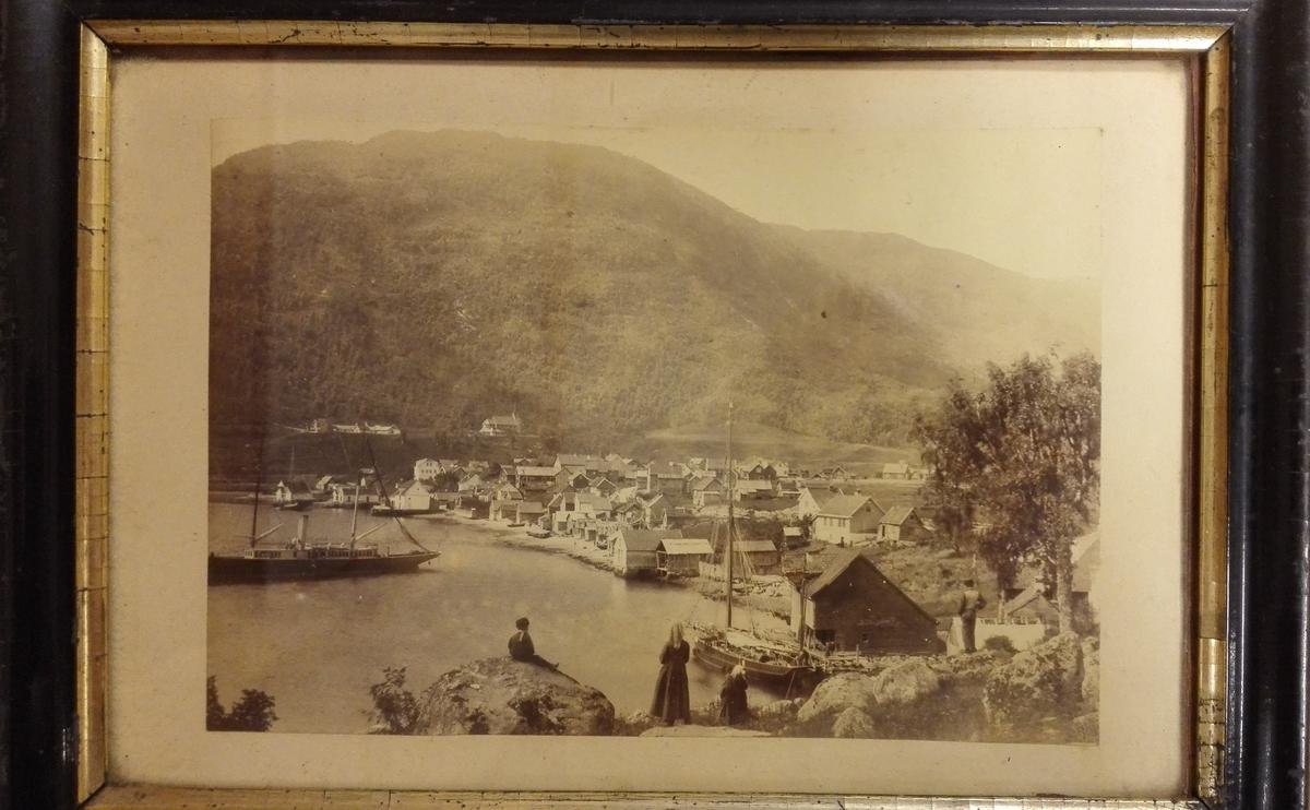 1 fotografi av Sogndalsfjorden.  Fotografi i sort ramme, 24,7 x 17,6 cm, med guldkanter. Fotografert av gaardbruker og fotograf N.O. Reppen, Sogndal ca 1880.  Gave fra godseier H.A. Hagelin, Stedje, Sogndal.
