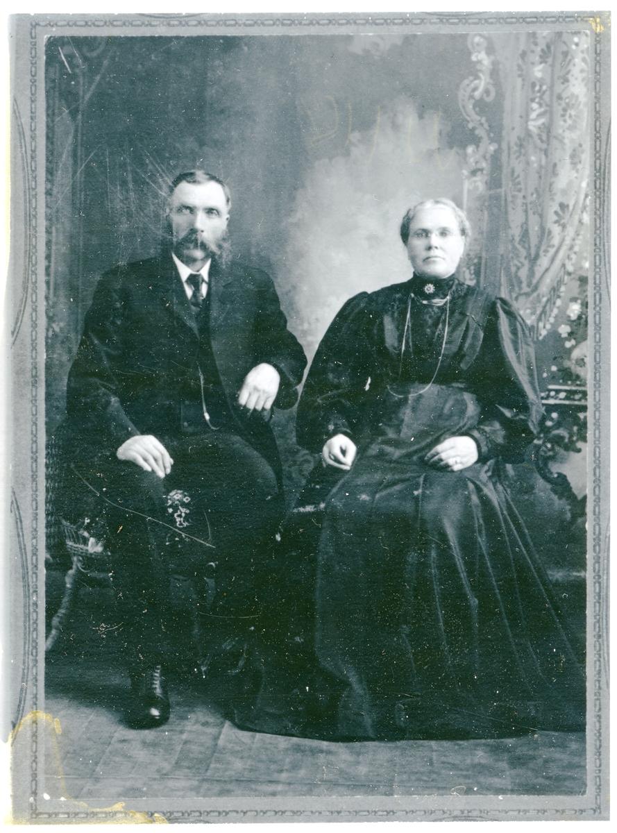 Mann og kvinne avbildet i atelier