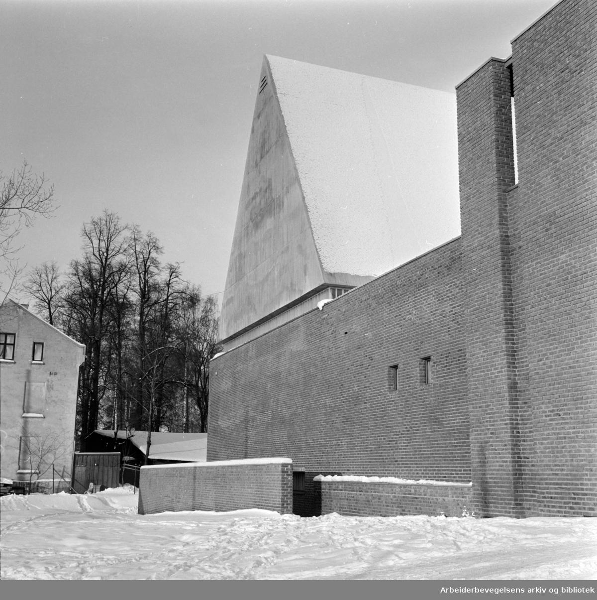 Lilleborg kirke. Noen syntes mur rundt kirken er mindre pent. Januar 1967