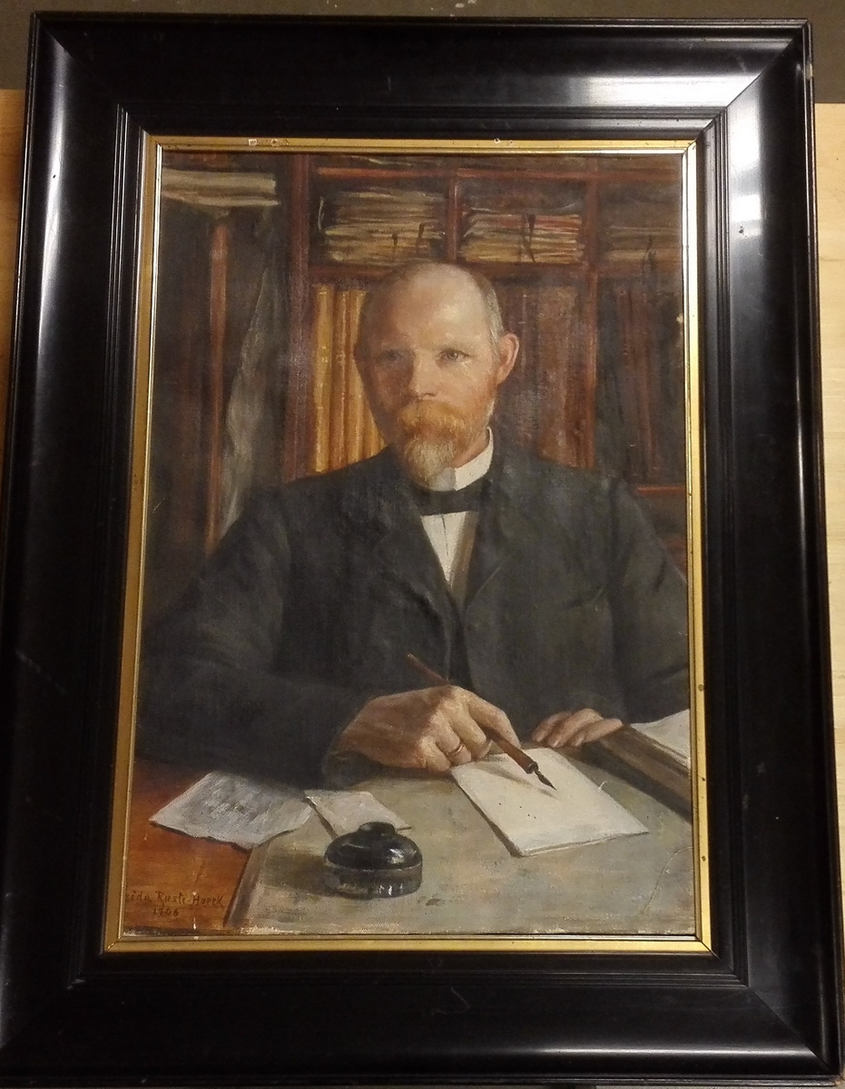 Portrett/1906 av lensmann Rusten, far til gjevaren.
