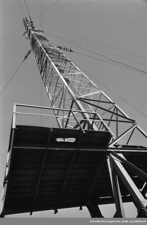 Lambertseter radiomast. Radiomastene faller. Mars 1974