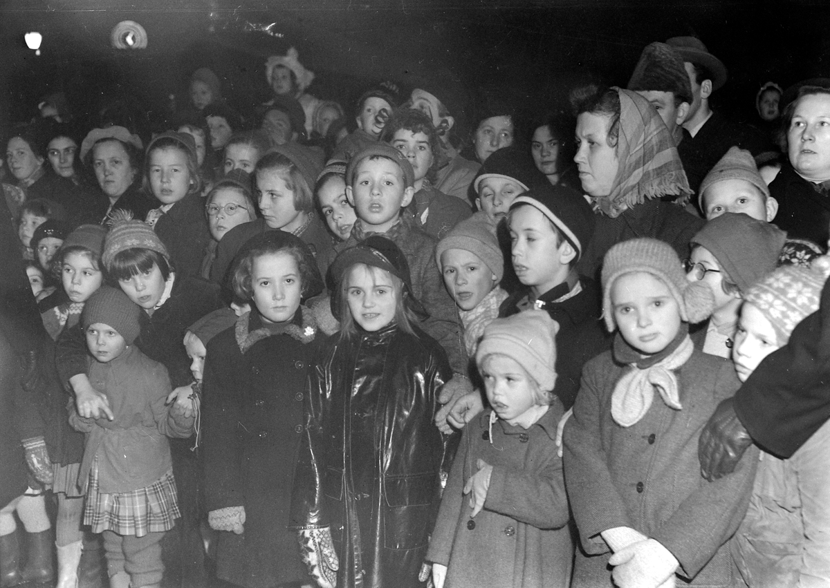 Juletreet tennes på Torvet 1952