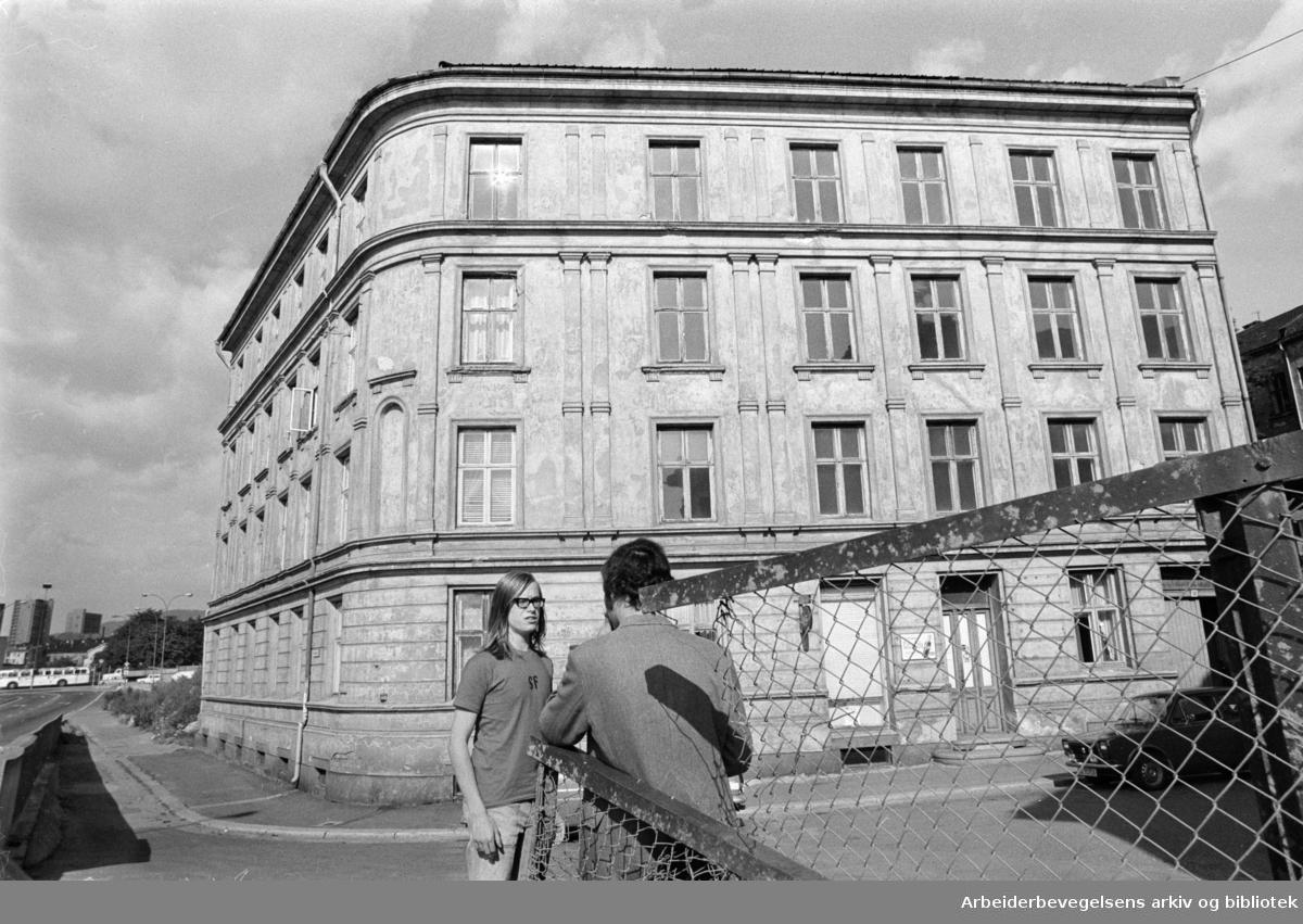 Kanslergate 8 - 10. 12 leiligheter står tomme. August 1973
