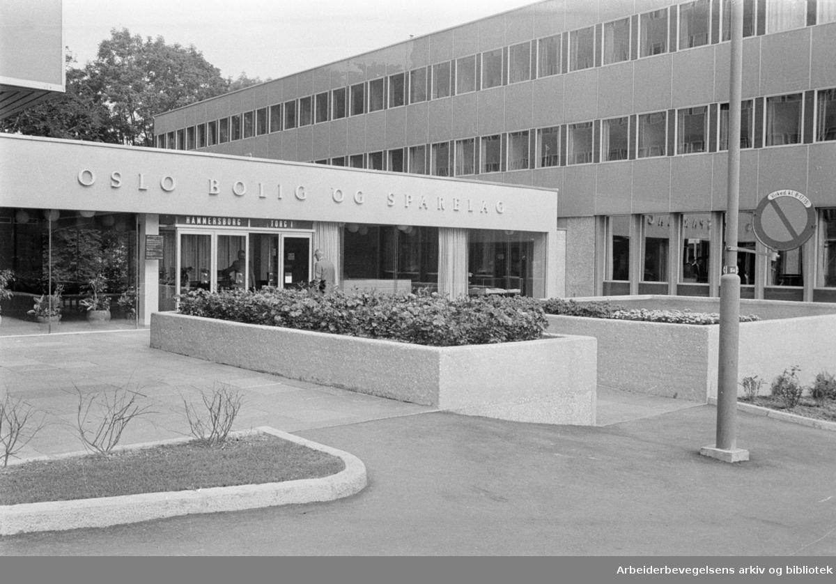 Hammersborg. OBOS, administrasjonsbygningen med grøntanlegg. Juli 1965