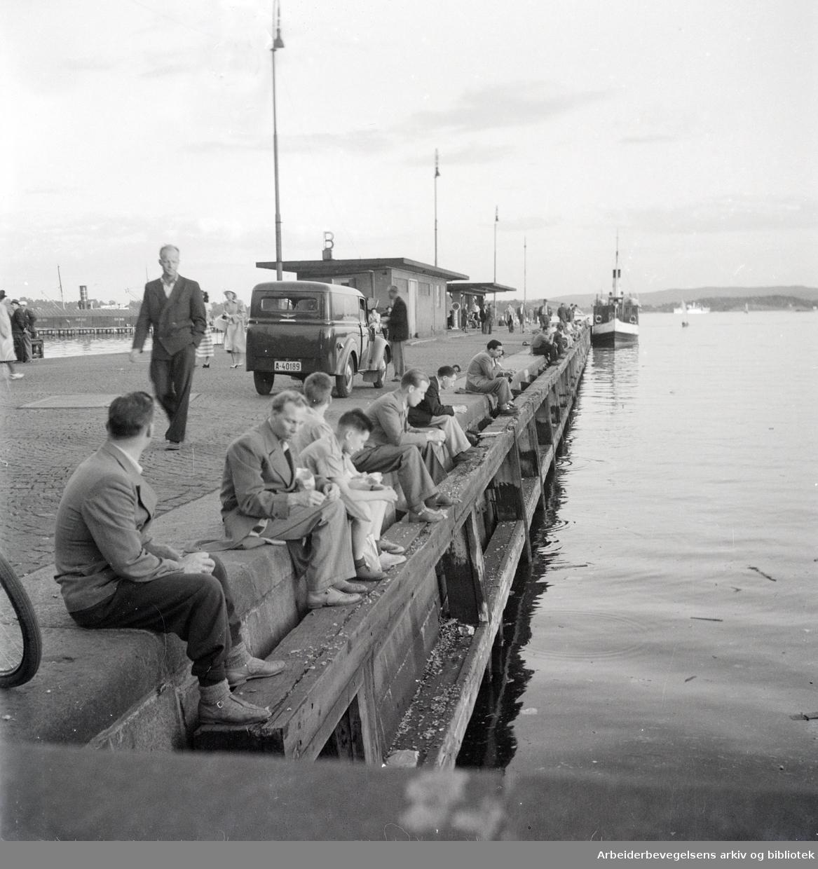Havna. Bryggefiskere. 1950 åra.