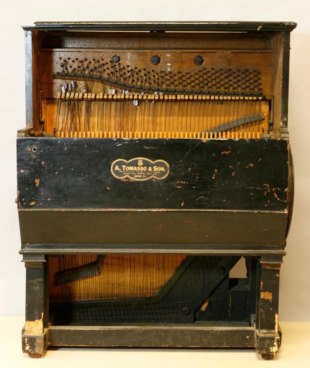 """Omfang: Mekanisk piano med papirbeklett stiftvals og med hammermekanikk. 48 hammere som slår på opprettstående strenger.     Kasse: i tre. svartmalt. håndtak av messing på hver side.   Klangbunn av nåletre(?) årringer vertikalt mot strenger. Stol med backpinning, delt i bass v . """"B""""/""""c"""". Metallplate for anhangslist.   To-korig 9 toner i bass, for øvrig 3 strenger / tone.   Trykte tonenavn: """"D"""", """"E"""", 4 umerkte, [sanns F?, F#?, G?, A?, ] """"B"""", """"C"""", """"#"""".   deretter """"C, - , -, E. F. #, C, .se skjema.   Enkel mekanik, ryttere skyves sideveis (fjærbelastet) ved skifte av melodi. filtklette hammere.   Ingen synlig demping.    Mekanikkdel:  Sylinder med stift av jern. 838 bred x ca 32 cm i diameter. (estimert).  Spårbredde ca 17,5 mm  10 melodier som skiftes ved å vri på en spak t.v. på siden, merket 1-9, samt 0.  Stiftvals merket i bassen med linjer utmed bevegelseretningen 2-3 / tone for de føste ca 8 tonene. Notert sifrer (takter?) utmed linjene, samt markert """"Tune"""" på to steder, sekundært(?).  Sylinder med stempel i treet på korte siden, der tannhjulet ikke er montert: """"L M C"""" og """"A [rose] A"""""""