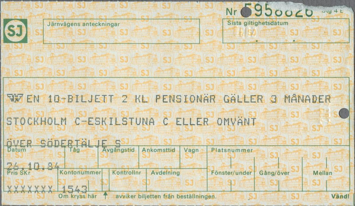 """Gulmönstrad biljett med tryckt text i svart:  """"EN 10-BILJETT 2 KL PENSIONÄR GÄLLER 3 MÅNADER STOCKHOLM C-ESKILSTUNA C ELLER OMVÄNT ÖVER SÖDERTÄLJE Datum 26.10.84 Kontrollnummer 1543"""".  Biljettens mönster består av ellok samt SJ´initialer i gult inom en vit cirkel med ram runtom. Initialerna återfinns i grönt i en gul cirkel med grön ram, i övre vänstra hörnet. I skrivfältet för resväg finns SJ's logga med det bevingade hjulet tryckt i svart. Skrivfälten har grön inramning, med plats för bland annnat sista giltighetsdatum, avgångstid med flera parametrar. En biljettång har stansat två hål i biljetten. När detta gjordes blev också """"2030"""" präglat på baksidan intill hålet.  Baksidan har regler/bestämmelser för biljetten."""