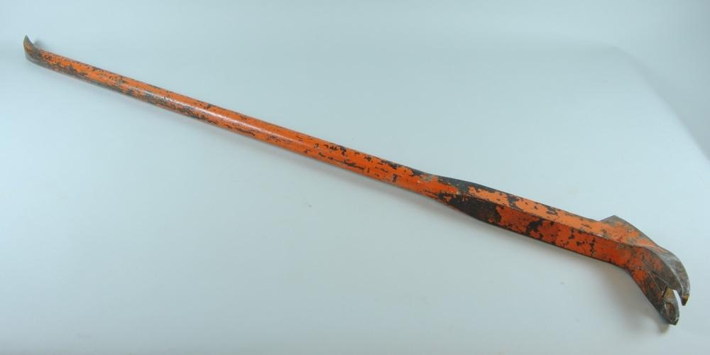 Kofot, orange, med långt skaft med avsmalnande ände och klo. Även kallad koben på grund av sitt långa skaft.