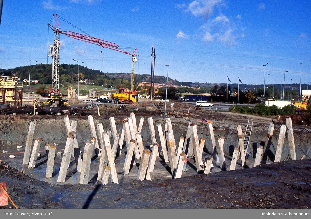 Fässbergsdalen i Mölndal, november 1995. Fässbergsmotet byggs vidare. FD 8:36.