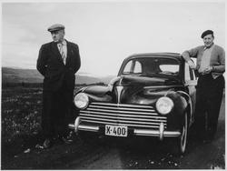 Åge Rønning og Bjarne Methi med en bil