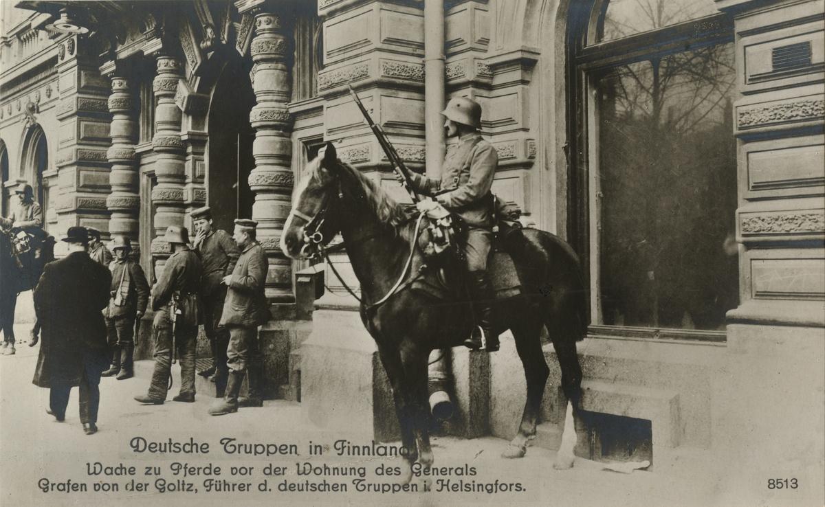 """Text i fotoalbum: """"Tyska trupper i Finland. Beriden vakt utanför tyska truppernas befäl general Goltzs lägenhet i Helsingfors""""."""
