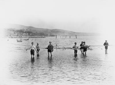 Barn som fisker i Mjøsa på tidlig 1900-tallet.