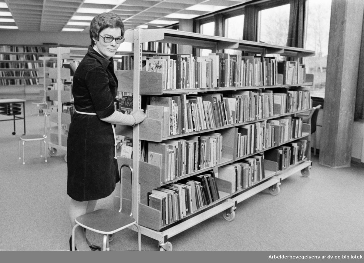 Deichmanske Bibliotek: Røa filial åpnet. Bibliotekar Edwigw Mortyr. Interiør. November 1974