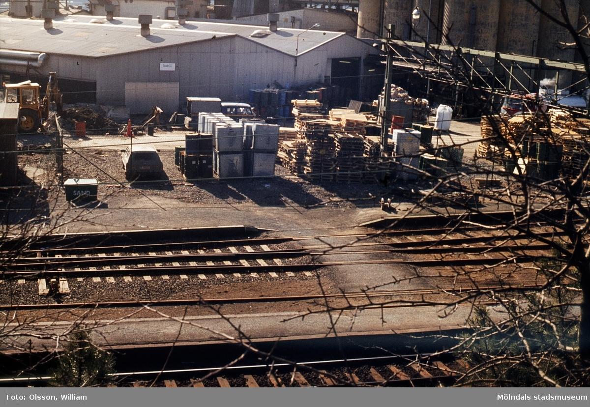 Mölndals Övre efter stationshusets rivning, okänt årtal. I förgrunden ligger tågspår. Överst till höger ses silotornen för linfrö på Soabs industriområde.