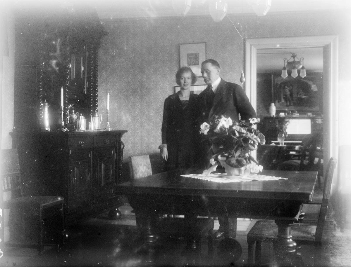 Nils och Elsie Angberg i salen, Revelsta, Altuna socken, Uppland 1927