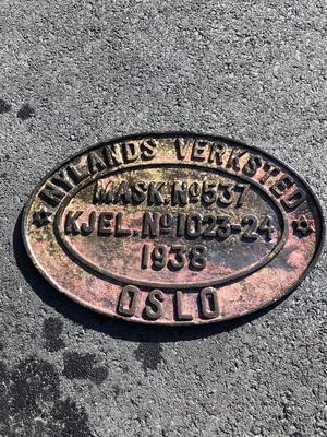 """Ovalt metallskilt funnet på vraket av D/S Octavian, skiltet sier blant annet """"Nylands Verksted"""", """"Oslo"""", """"1938"""".. Foto/Photo"""