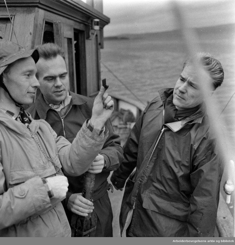 """Blindern: Vannforskningsinstituttet. Bilde fra forskningskutter """"Gunnar Knudsen"""". Odd Gleditsch, Bjørn Bergmann-Paulsen og Lasse Berglund.Oktober 1960"""