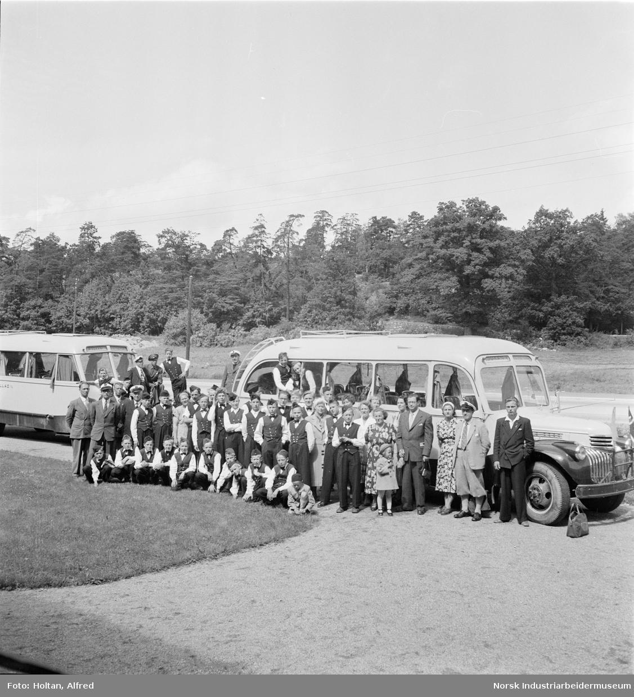 Små og store korpsgutter fra Rjukan avfotografert foran busser i forbindelse med en tur til Sverige.