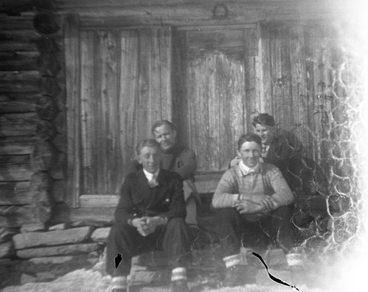 Fire menn foran hytte