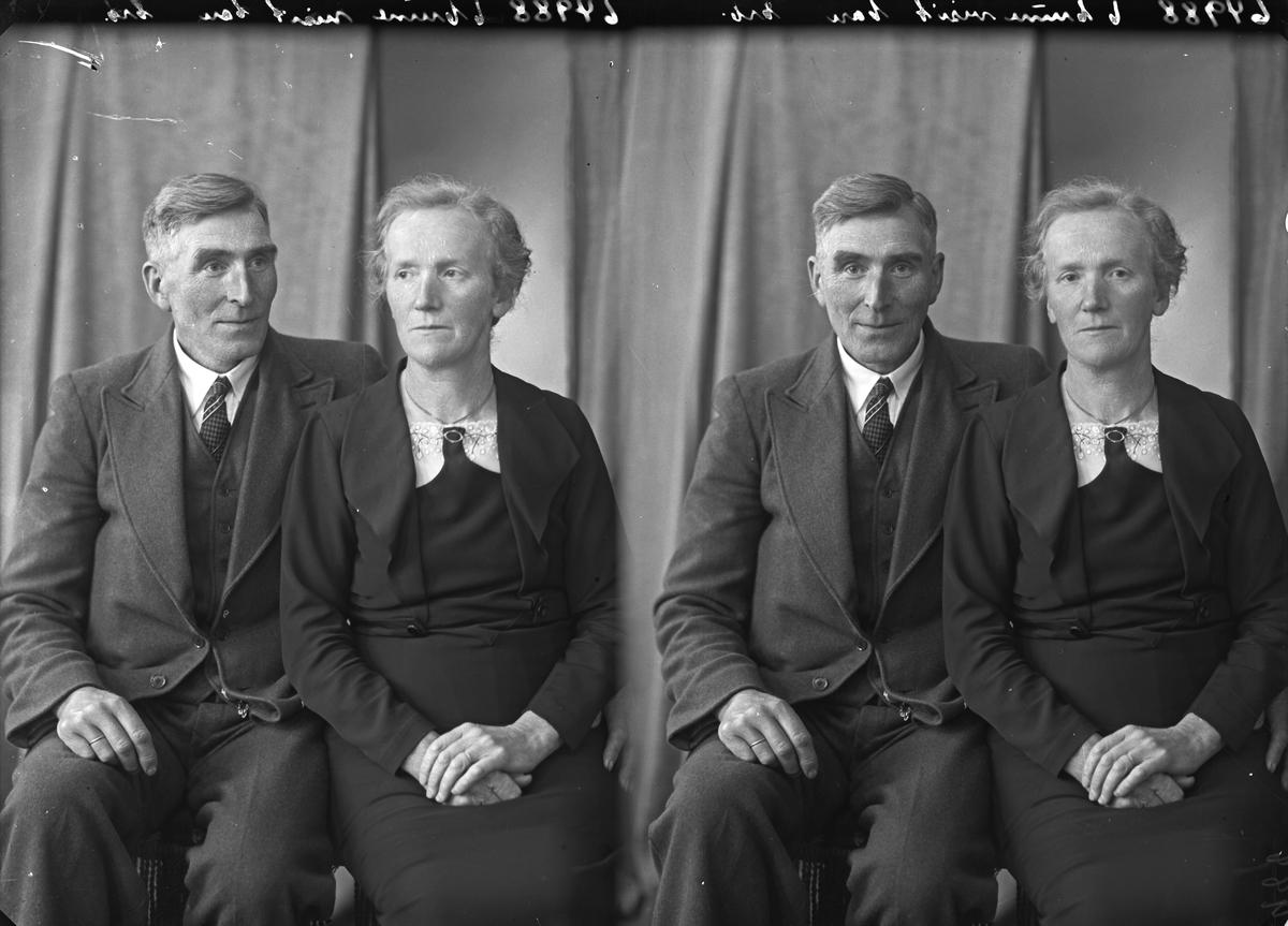 Familiegruppe på to. Mann og dame. Bestilt av John Hollekim. Magdahlseidet.
