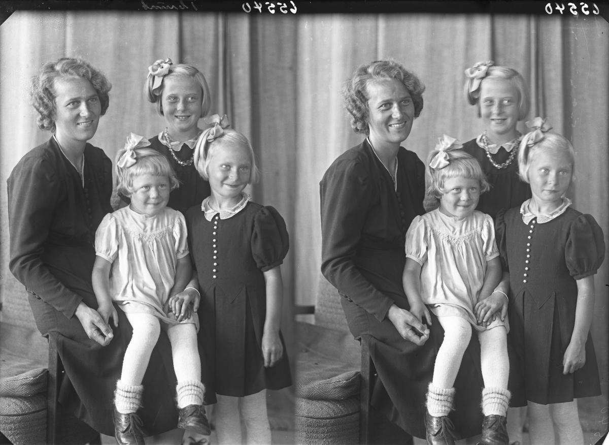 Gruppebilde. Familiegruppe på fire. Ung kvinne og tre piker. Mor og tre døtre. Bestilt av Olefine Mannes. Sevlandsvik.