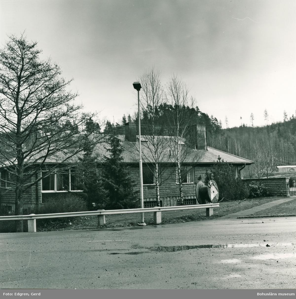 """Text till bilden: """"Kyrkogårdar. Sigelhults kyrkogård. Kyrkogårdsbyggnaden, byggd år 1967""""."""