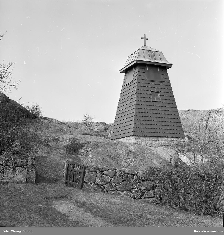 """Text till bilden: """"Gåsö kapell. Begravningsplatsen. Klockstapel, byggd 1919""""."""
