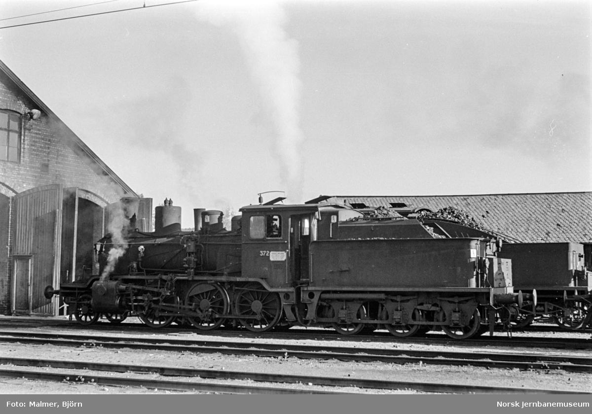 Damplokomotiv type 21c nr. 372 ved lokomotivstallen på Kongsvinger stasjon.
