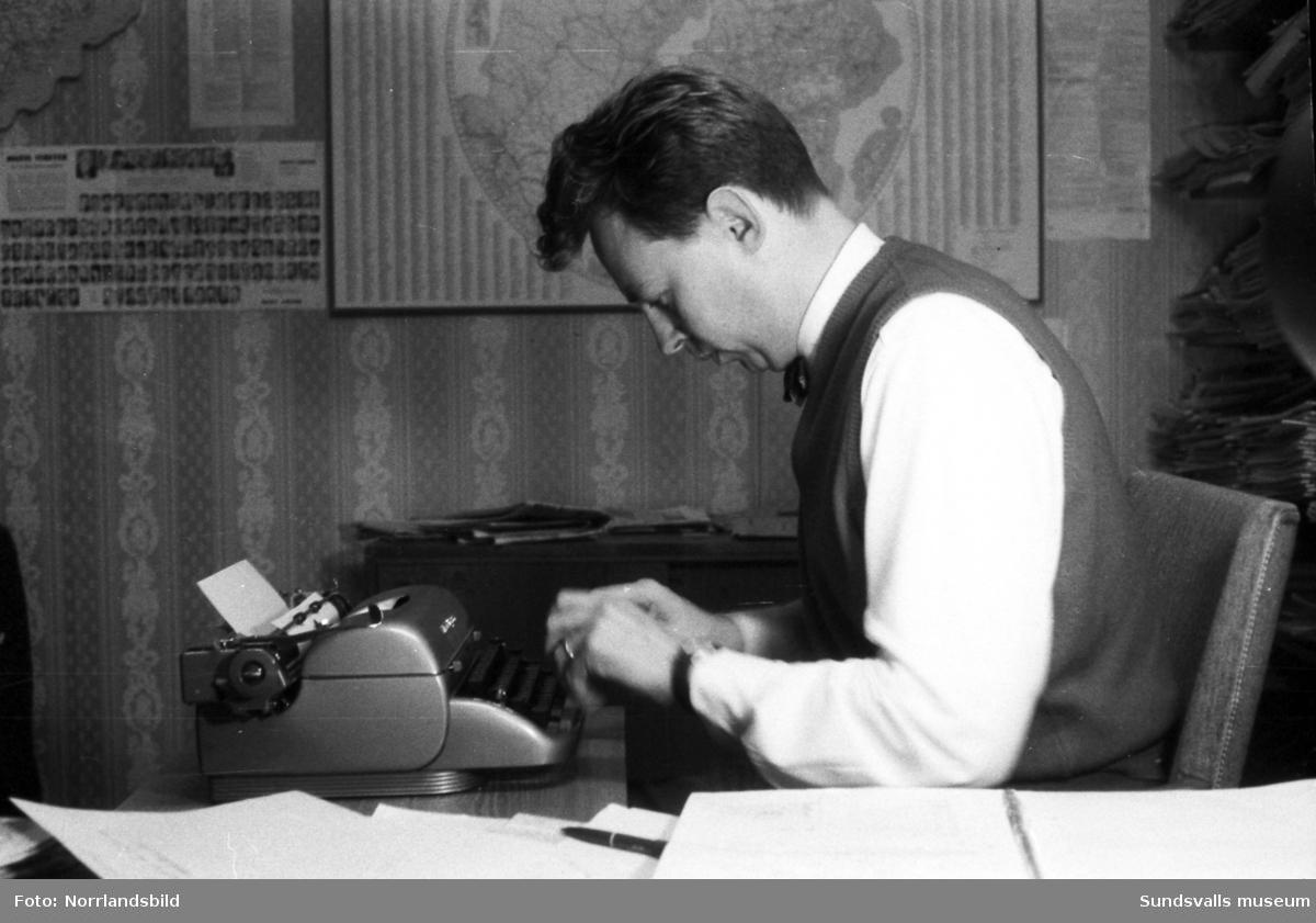 Dagens Nyheters lokalredaktör i Sundsvall, Åke Lidzell, vid sin skrivmaskin.