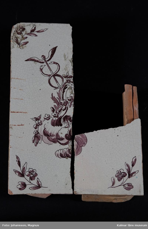 KLM 38943:1-7. Kakel. Kakelugnskakel. Gråvit tennglasyr på gulröd lergodsskärv. Manganlila dekormåleri, drejad rump.  Förteckning över samtliga delar, med mått inom parentes, gjord i samband med inventering 1997: :1. 1 st fasadkakel (32x11x6 cm) :2. 2 st hörnfasad (32,5x26x8 cm) :3. 2 st simskakel (5,5x23,5x3,5 cm) :4. 2 st hörnsims (5,5x16x5 cm) :5. 1 st friskakel (12x24x5,5 cm) :6. 2 st hörnfris (12x25x8 cm) :7. 6 st fragment
