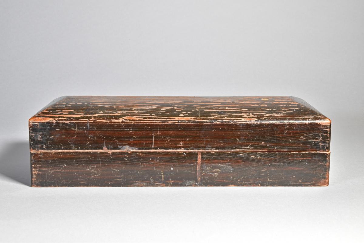 Viktsats i låda av svartmålat trä med vikterna infällda i tungt block av trä. Sammanlagt 19 vikter av järn och mässing, med justerarstämplar mellan 1817 och 1858, många med justerarinitialer CW. Tre äldre vikter av järn med oläslig inskrift på ovansidan, en med årtal 1739. I blocket även en sked av mässing.