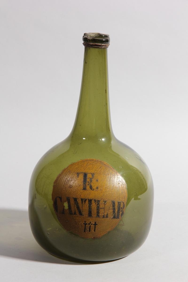 Flaska av grönt glas, rund med flat botten och lång hals.