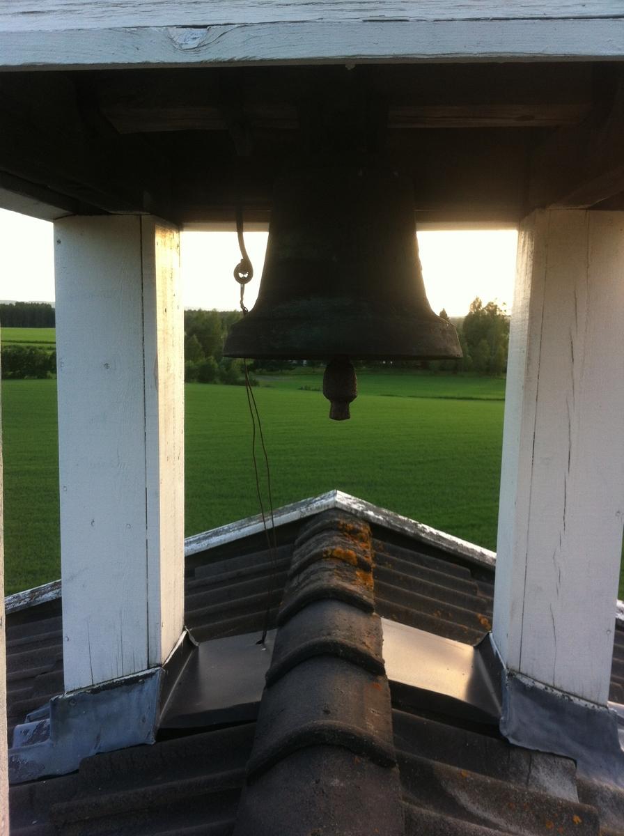 Klokketårnet på Sørbryhn har telttak og er utført i en enkel stil. Tårnet står på stabburet, og er i middels til god stand. Taket på klokketårnet ble beslått med blikk i 1986. Årstallet 1848 står på værhanen.