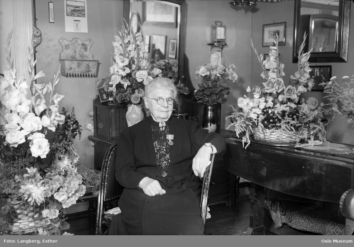 portrett, kvinne, sittende halvfigur, medalje, blomster