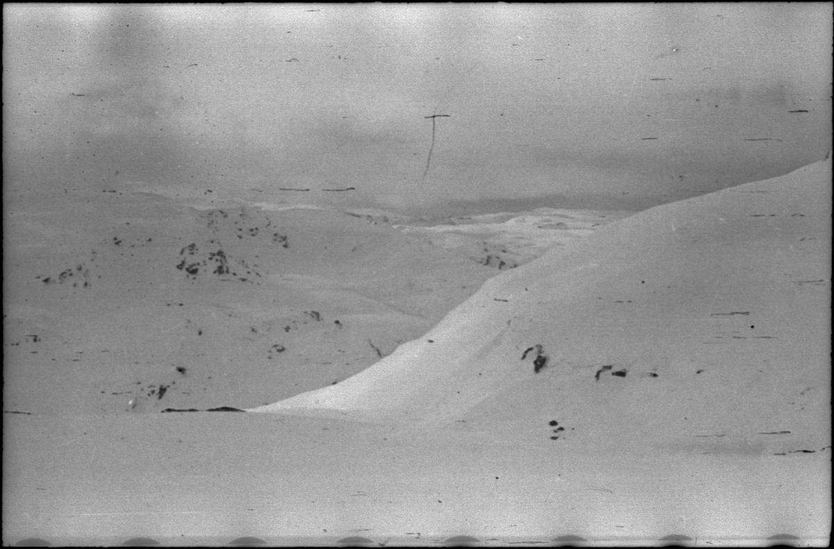 Bilder av gården Kjetilstad i Kvilldal. Snøen ligger nesten ned til gårdsbruket og Suldalsvatnet ligger i bakgrunnen. Det er også bilder fra en skitur til Stranddalen.