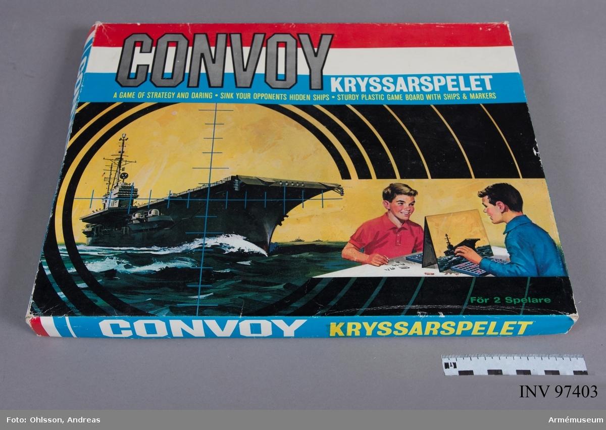 Spelet består av två separata spelplaner i form av ett rutnät i blå plast med tillhörande spelpjäser i form av båtar och vapen i röd/vit färg, samt en mellanvägg i kartong i fyfte att dölja motspelarens spelplan. På mellanväggen syns två pojkar som sitter och spelar Convoy samt en bild på ett stridsfartyg på ett stormigt hav.