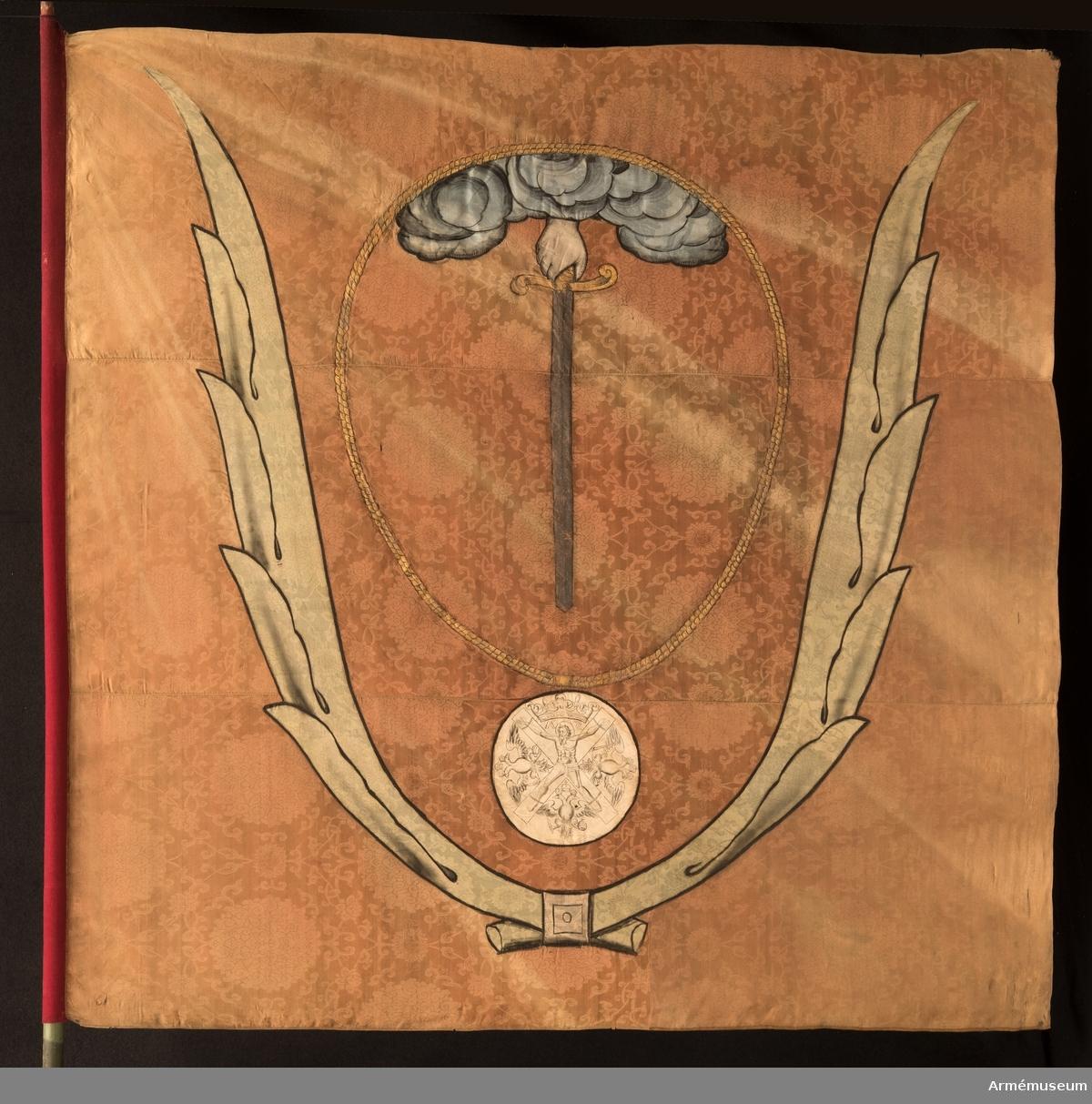 Duk av röd kinesisk sidendamast. Dekor i intarsia och målade detaljer. Motivet föreställer en hand med svärd som kommer ner ur ett moln omgivet av andreasordens kedja med dess insignier nedtill. Det hela omgivet av nedtill korslagda palmkvistar.