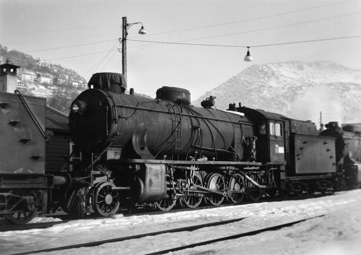 Damplokomotiv type 39a nr. 170 hensatt på Bergen stasjon før opphugging Hugget hos Einar Cook, Nyhavn, Bergen, august 1960.