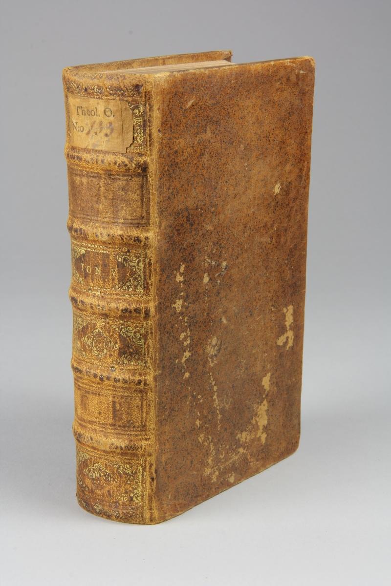 """Bok, helfranskt band """"La sainte bible traduite en françois sur la Vulgate"""", del 5. Skinnband med guldpräglad rygg i fem upphöjda bind, skuret rödstänkt snitt. Pärmarnas insidor klädda med marmorerat papper."""
