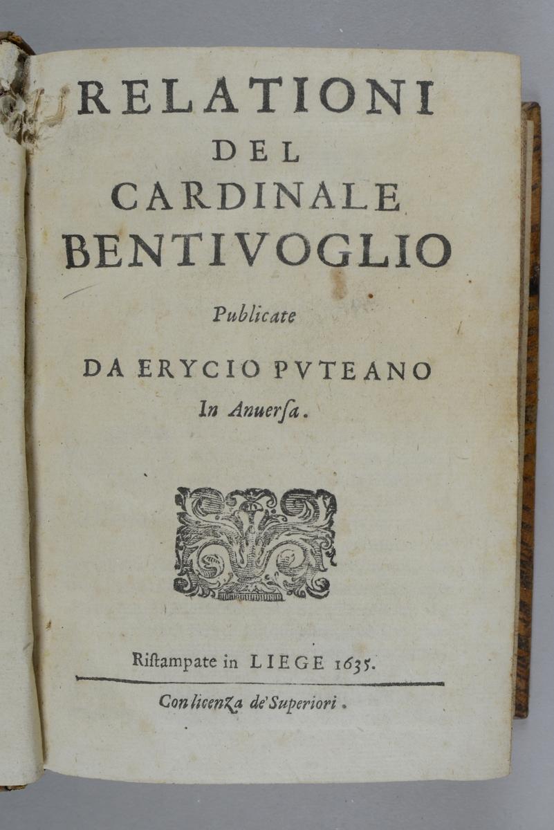 """Bok, helfranskt band, """"Relationi del cardinale Bentivoglio"""" tryckt i Liège 1635. Skinnband med blindpressad och guldornerad rygg i fem upphöjda bind, med nött titelfält och fält med ägarinitialer, påklistrad pappersetikett med samlingens nummer. Med rödstänkt snitt."""