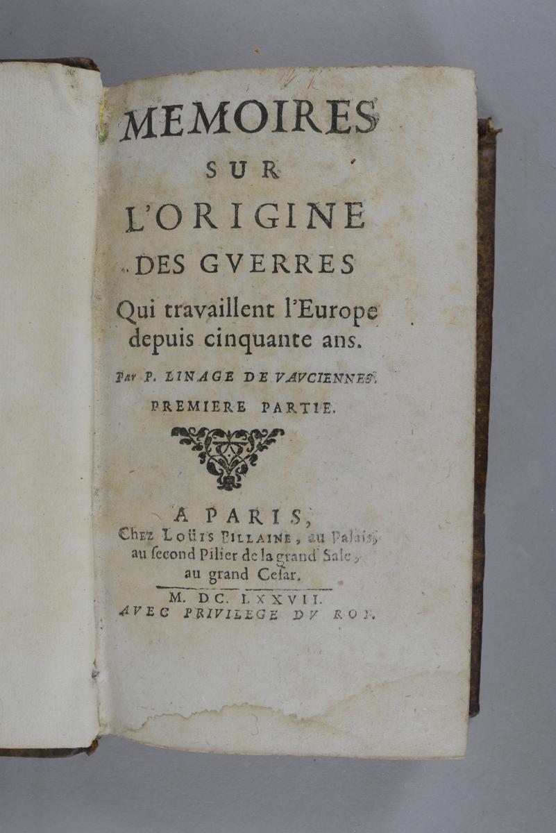 """Bok, helfranskt band, """"Memoires sur l ´origine des guerres"""", del 1, tryckt i Paris 1677. Skinnband med blindpressad och guldornerad rygg i fem upphöjda bind, titelfält med blindpressad titel och fält med volymens nummer samt påklistrad pappersetikett. Med rödstänkt snitt. Pärmarnas insidor klädda med marmorerat papper. Med påskrift om förvärvet,"""