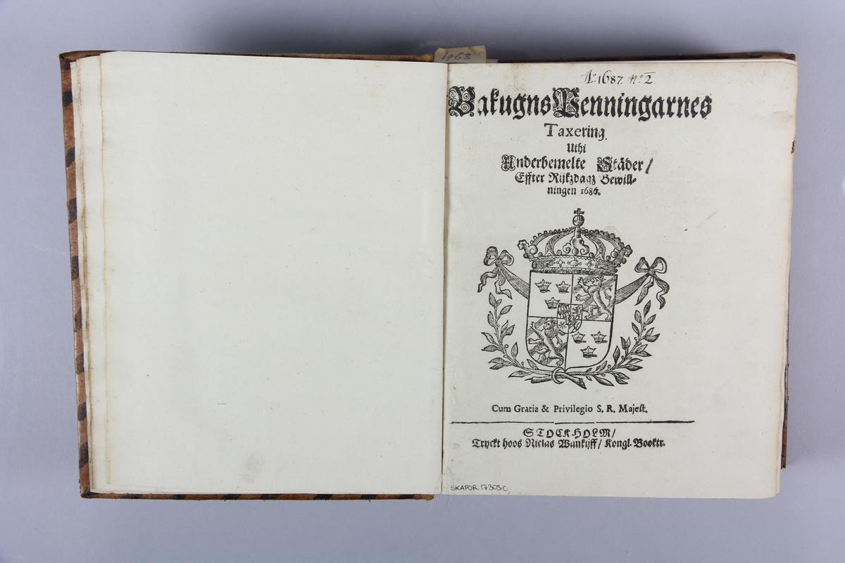 Bok, helfranskt band, med förordningar m.m. utfärdade 1687-1690, tryckta i Stockholm. Skinnband med blindpressad och guldornerad rygg i fyra upphöjda bind, titelfält med blindpressad titel samt påklistrad pappersetikett med samlingsnummer. Med stänkt snitt.
