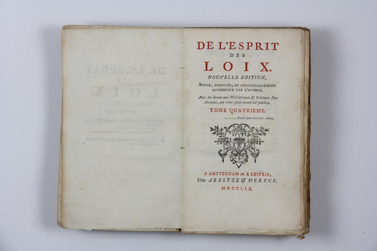 """Bok, pappband: """"De l'esprit des loix"""" ,ny  upplaga, del IV, skriven av Charles-Louis de Secondat Montesquieu, utgiven i Amsterdam och Leipzig 1759. På ryggen klistrad pappersetikett med titel  samt etikett med volymens nr.  Pärmen klädd med blekt blått papper. Med oskurna snitt."""