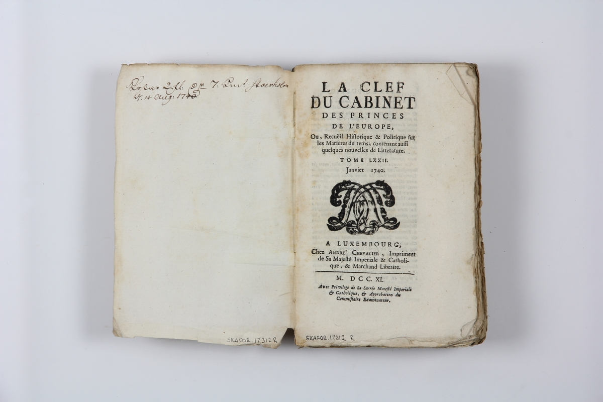 """Bok, pappband """"La clef du cabinet des princes de  l´Europe"""", del 72, tryckt i Luxemburg 1740. Marmorerat band med blekt rygg, påklistrade pappersetiketter med titel (oläslig) och volymens nummer.  Med skurna snitt."""