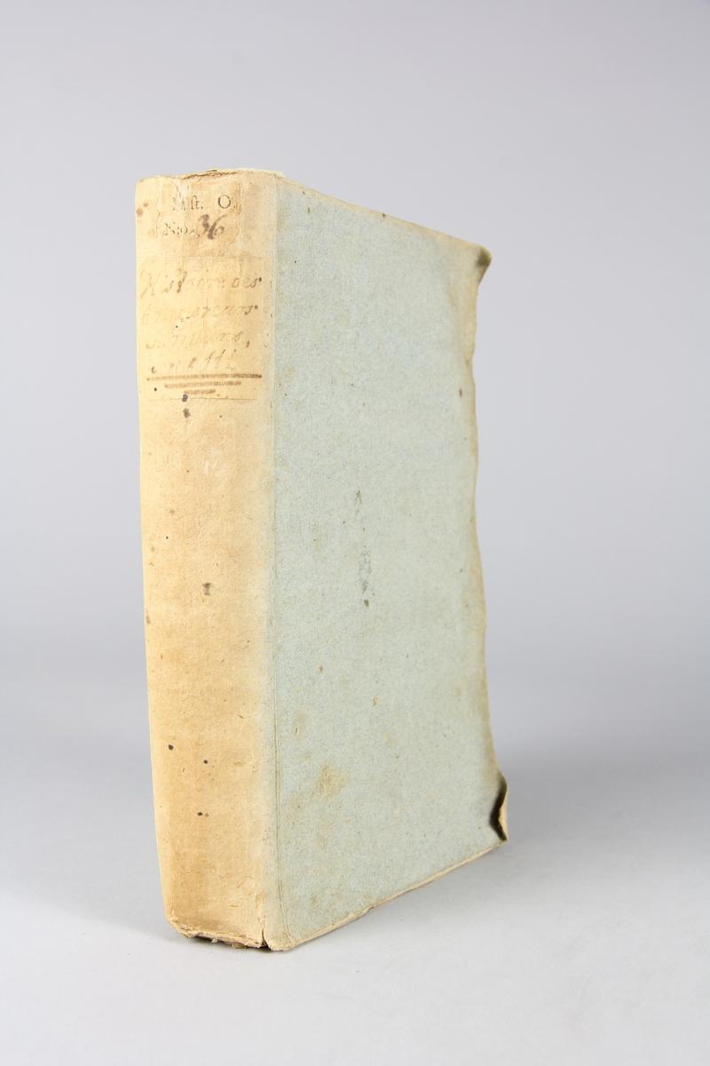 """Bok, pappband, """"Histoire des empereurs Romains depuis Auguste jusqu'à Constantin"""", del 3, skriven av Crévier, tryckt i Amsterdam 1751. Pärmarna klädda med gråblått papper, oskurna snitt. På ryggen titel och samlingsnummer."""
