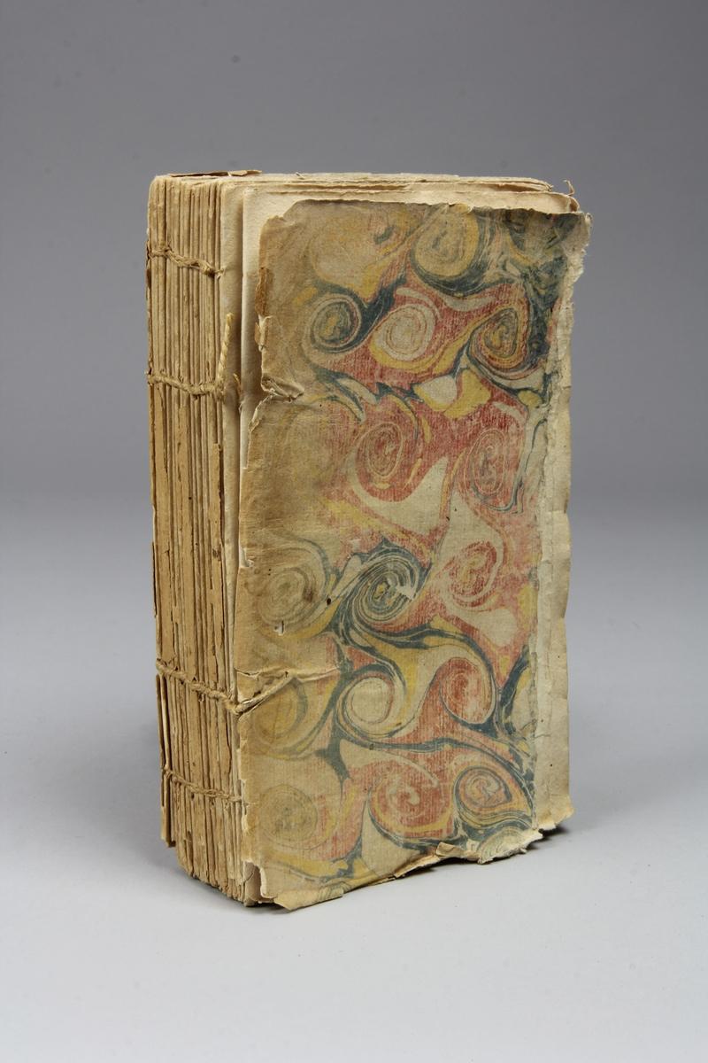 "Bok, pappband, ""L´honneur considéré n lui-même et relativement au duel"", tryckt 1752 i Paris. Pärmar av marmorerat papper, skadad rygg.. Oskuret snitt. Anteckning om inköp på pärmens insida."